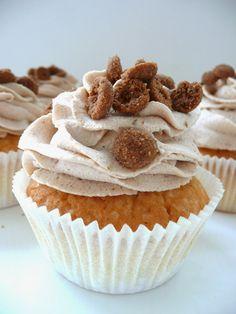 Sinterklaas cupcakes with brown spiced biscuit cream Cookie Desserts, No Bake Desserts, Just Desserts, Delicious Desserts, Yummy Food, Dutch Recipes, Baking Recipes, Sweet Recipes, Cupcake Recipes