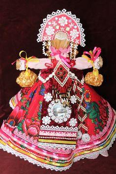Сызранская Помидора. Эту куклу традиционно ставят напротив входной двери, чтобы она встречала всех входящих и не пускала злые силы в дом. В изготовлении куклы используются красные нити, бусы, кружева.