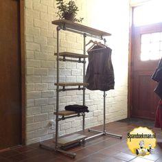 kledingrek hang hoog en 4x leg 5 planken en haken 2 steigerbuizen buiskoppelingen