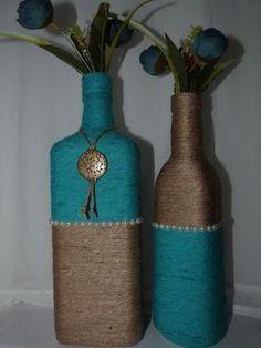 Kit de garrafas decoradas com barbante e pérolas decorativas, (as flores decorativas podem apresentar variação de modelo e cor).