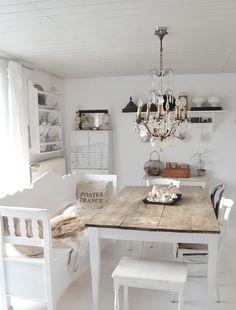 Дизайн кухни в стиле прованс: французский шарм и деревенское очарование (60 фото) http://happymodern.ru/kuxnya-v-stile-provans-60-foto-francuzskij-sharm-i-derevenskoe-ocharovanie/ Маленькие подушечки на скамье для удобства