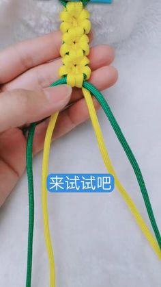 Diy Friendship Bracelets Tutorial, Diy Bracelets Easy, Bracelet Crafts, Flower Bracelet, Friendship Bracelet Patterns, Bracelet Tutorial, Jewelry Crafts, Friendship Crafts, Paracord Bracelets