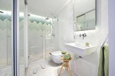 Reformar_baño: el lavabo tiene que estar a unos 85 cm. del suelo, y el inodoro debe tener un mínimo de 30 cm. libres a su alrededor.