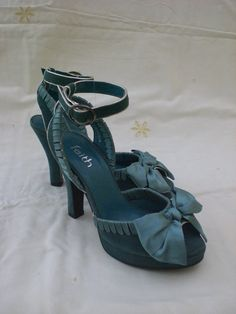 Gorgeous, girly bow adorned 1940s teal blue platform heels. #vintage #shoes #fashion