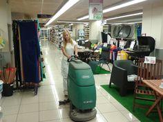 Fregadora Tennant T3 ecH2O en supermercado ESCLAT de Sant Sadurni de Noia, Neteges Neresnan apuesta por la Limpieza Sostenible: ahorro de agua y menos emisiones de CO2