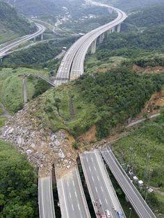 Massive landslide hits Taiwan highway