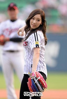 130827+taeyeon+and+seohyun+at+lg+twins+and+nexen+heroes+baseball+game+jamsil+stadium+(88).jpg (500×738)