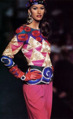 Valentino HC Fall 1992 | with Susan Holmes News Fashion, 80s And 90s Fashion, Susan Holmes, Valentino Couture, Valentino Garavani, Original Supermodels, 90s Models, Costume, Couture Fashion