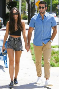 Cara Santana shows off toned tummy while shopping with Jesse Metcalfe #dailymail