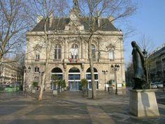 La mairie du 11ème et la statue de Léon Blum ... place Léon-Blum - Paris 11e