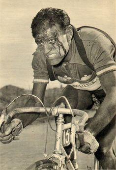 Tour de France 1955. 3^Tappa, 9 luglio. Roubaix > Namur. Nello Lauredi (1924-2001). Vestito delle insegne della formazione regionale del Sud-Est, alla partenza da Parigi non aveva nascosto le proprie bellicose intenzioni verso il rivale Bobet, puntando alla classifica generale. Una serie di cadute sul pavé nel corso della terza tappa gli faranno abbandonare i sogni di gloria