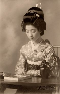 "https://flic.kr/p/e6dxSf | Geiko Toba reading a Book 1938 | Her name is written in hiragana on the reverse. Embossed ""Dentsu"" in the lower right corner."