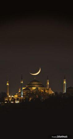 Vista noturna de Hagia Sophia, em Istambul, Turquia. Fotografia: asikkk em Getty Images.