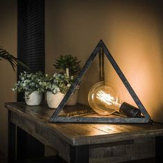 This industrial table lamp is placed in a pyramid frame, which gives the lamp a vintage and modern look. A very affordable beautiful table lamp. Interior Design Living Room Warm, Living Room Decor Country, Country Decor, Living Room Designs, Industrial Style Lamps, Industrial Table, Floor Standing Lamps, Luxury Chandelier, Led Lampe