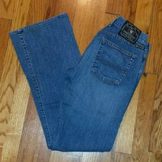 Lucky Brand flared jeans Lucky dungarees size 6/28 light-medium wash. Regular length, mid-rise flare. Inseam 31 inches. Front rise 7.75 inches. Great gently worn condition. Lucky Brand Jeans Flare & Wide Leg