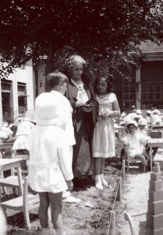 07 Maria Montessori with Children ( I see the pink tower$