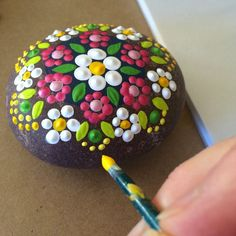 Fabric And Ink and Everyday Life: Sneak Peek - Painted Rocks (rock art kids) Kavicsfestés: nyári minták This is a beautiful stress relieving craft. It does help to stick with the simplicity of the design, so not to get any bit wrong. It can be annoying Pebble Painting, Dot Painting, Pebble Art, Stone Painting, Rock Painting Kids, Painting Flowers, Painting On Rocks Ideas, Painting Pictures, Finger Painting