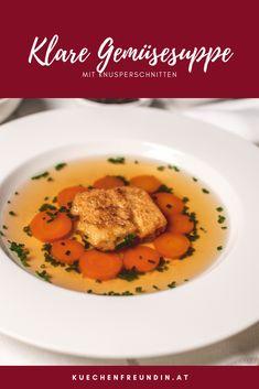Eine klare Gemüsesuppe selbst zu machen, ist ganz einfach und eine köstliche Alternative zur Rindsuppe. Für die Einlage verwerte ich altes Weißbrot. In Milch und Eiern getränkt mache ich das alte Brot zu Knusperschnitten. Die taugen auch als Knabberei. Lemon Loaf, Sweet Tarts, Thai Red Curry, Cocoa, Soup, Diet, Vegan, Ethnic Recipes, Easy