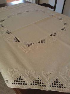 Toalha+toda+feita+a+mão,com+bordado+Hardanger,+no+tecido+Canimo+Grosso.+0,93x0,93. R$ 450,00