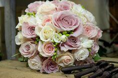 Ružovo bielo fialová svadobná kytica z ruží