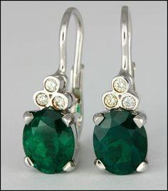 Ref. 3P Aretes con esmeraldas en forma de ovalo adornada con diamantes.