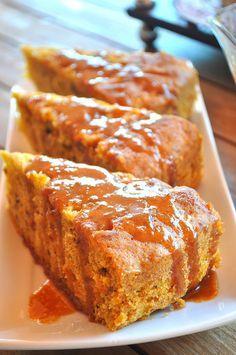Hem yazıyorum, hemde bir yandan yiyorum. Ne olacak benim bu halim bilmem:) Güzel mi güzel bir havuçlu kek tarifi daha. Üstelik karamel so...
