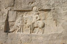 Relief of Shapur I capturing Valerian - یادمان پیروزی شاپور اول بر امپراتوران روم، کرتیر سمت راست تصویر (پشت شاپور) است.
