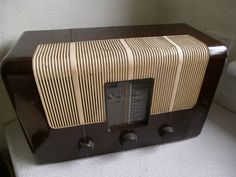 LARGE VINTAGE BROWN AND CREAM  - MURPHY-BAKELITE VALVE RADIO