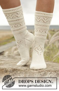 "Bright side / DROPS - free knitting patterns by DROPS design - Knitted DROPS socks in ""Fabel"" with lace pattern. Size 35 – Free patterns by DROPS Design - Crochet Baby Mittens, Knitted Slippers, Knit Mittens, Crochet Slippers, Knitting Socks, Knit Crochet, Knit Socks, Knit Cowl, Crochet Granny"