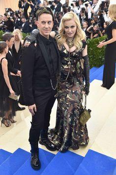 Madonna con vestido de estampado de camuflaje de Jeremy Scott para Moschino junto al diseñador Jeremy Scott.