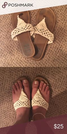 Knit Billabong Flip Flop Worn once... Still in great shape Billabong Shoes Sandals