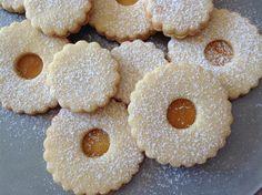 Lincer cookies / Linecká kolečka s marmeládou Christmas Sweets, Christmas 2016, Christmas Cookies, Czech Recipes, Meringue Cookies, Macaroons, Doughnut, Cookie Recipes, Cheesecake