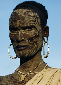 natural geographic faces | Faces of Africa Pictures: Wodaabe man from Niger glances at girls