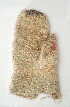 SU5332:51 Right-hand mitten made of nalbinding. Kinnasneulatekniikalla valmistettu oikean käden lapanen.  National Museum of Finland Suomen kansallismuseo