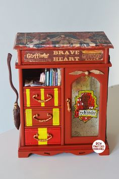 DIY Harry Potter Storage Jewellery Gryffindor box DIY Harry Potter Storage Jewellery Gryffindor b. Potter Box, Harry Potter Thema, Harry Potter Bedroom, Mundo Harry Potter, Theme Harry Potter, Harry Potter Merchandise, Harry Potter Jewelry, Harry Potter Gifts, Harry Potter Outfits