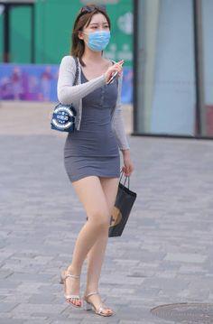 微博 Classy Work Outfits, Sexy Outfits, Sexy Asian Girls, Beautiful Asian Girls, Hot Country Girls, Girls Are Awesome, Girls In Mini Skirts, Cute Japanese Girl, Satin Mini Dress
