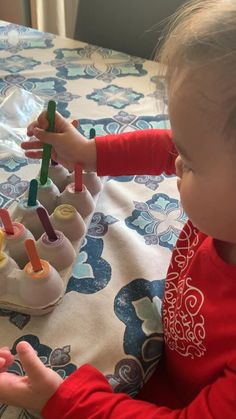Teach them their colors. Use gross motor skills. Color sorting games and counting games. Simple ways to use egg cartons to help your child learn. Baby Learning Activities, Indoor Activities For Kids, Montessori Activities, Infant Activities, Toddler Activities For Daycare, Infant Games, Color Games For Toddlers, 18 Month Activities, Baby Sensory Play
