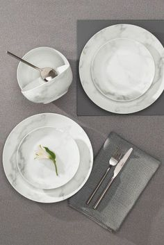 Can a table set up get any more Instagrammable? Marble dinnerware is a MUST this year!
