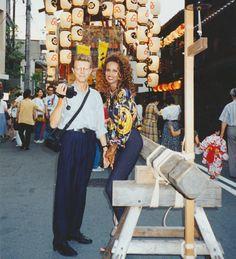 1990年代初めに新婚旅行で京都を訪れ、祇園祭を見物するデビッド・ボウイ氏(左)と妻イマンさん=森田俊明さん提供