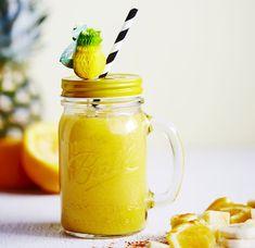 Keltaisen voimasmoothien salaiset aseet ovat raikas ananas, trendikäs kurkuma ja inkivääri, joka karkottaa flunssan.