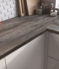 EGGER Kitchen. Worktop: H1486 ST36 Jackson Pine Thanks to its rustic character, Jackson Pine is a strikingly natural decor, reminiscent of a piece of driftwood. It is ideal as a striking contrast to white and other light frontals and light rustic stone flooring designs.
