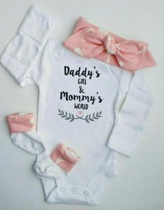 BABY GIRL Coming Home outfit/Gender reveal ideas/Woodland Baby Shower/Newborn girl/Baby shower gift/expecting mom gift/baby headband : Daddys Girl onesie Mommys World onesie Baby Girl Coming Cute Baby Girl, Baby Baby, Daddys Girl Baby, Baby Gifts For Girls, Baby Girl Shirts, New Baby Gifts, Cadeau Baby Shower, Girls Coming Home Outfit, Cute Baby Clothes