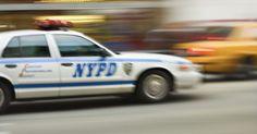 El salario inicial con la policía de Nueva York. Dicen que el crimen no paga, pero en la ciudad de Nueva York, la lucha contra el crimen sí. Al igual que los otros departamentos de policía de las grandes áreas metropolitanas, los reclutas del Departamento de Policía de Nueva York comienzan a cobrar un sueldo al entrar en la academia de policía, y después de salir de la academia, reciben ...