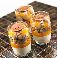 Valrhona has been partner to gourmet flavor artisans since and we believe that we can imagine, together, the best of chocolate. Parfait Desserts, Gourmet Desserts, Fancy Desserts, Raw Food Recipes, Gourmet Recipes, Sweet Recipes, Dessert Shots, Dessert Cups, Sour Foods