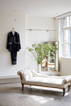 Interior designer Beata Heuman, has transformed her west-London apartment in a style she jokingly refers to as 'urban safari chic', making imaginative use of both the compact space and her limited funds British Country Style, Interior S, Interior Design, Country Living Decor, Swedish Decor, London Apartment, Minimalist Home Interior, Country Farm, Storage Spaces