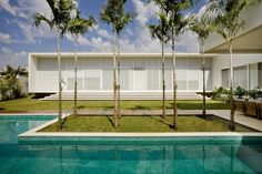 Casa do Patio is a stunning modern residence that blurs the lines of indoor / outdoor living, designed by Brazilian architect Leo Romano, located in Goiania, Brazil. The design of this residence dates back to modern Brazilian architecture, in which straight lines and simple demarcate the construction party.