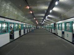 Station Porte Molitor : ce bel endroit, avec une large voûte et un quai central aurait dû servie à la desserte du Parc des Princes, les soirs de match. Mais aucun accès extérieur ne fut creusé.