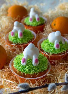 Appelsiinimuffinsit koristellaan pääsiäisenä pupuilla. #pääsiäinen #leivonta #resepti #muffinsit