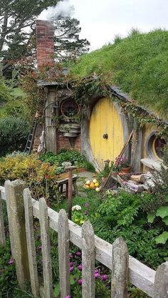 Bilbo and Frodo Baggins hobbit house. New Zealand Part Bilbo and Frodo Baggins hobbit house. New Zealand Part Fairy Houses, Play Houses, Tree Houses, Fairytale House, Deco Nature, Unusual Homes, Earth Homes, Earthship, The Hobbit