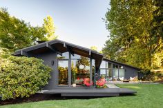 Completely remodeled 1950s mid-century house bynprominent Portland, OR architec,t Saul Zaik | Exterior | Remodeled by Jessica Helgerson Interior Design